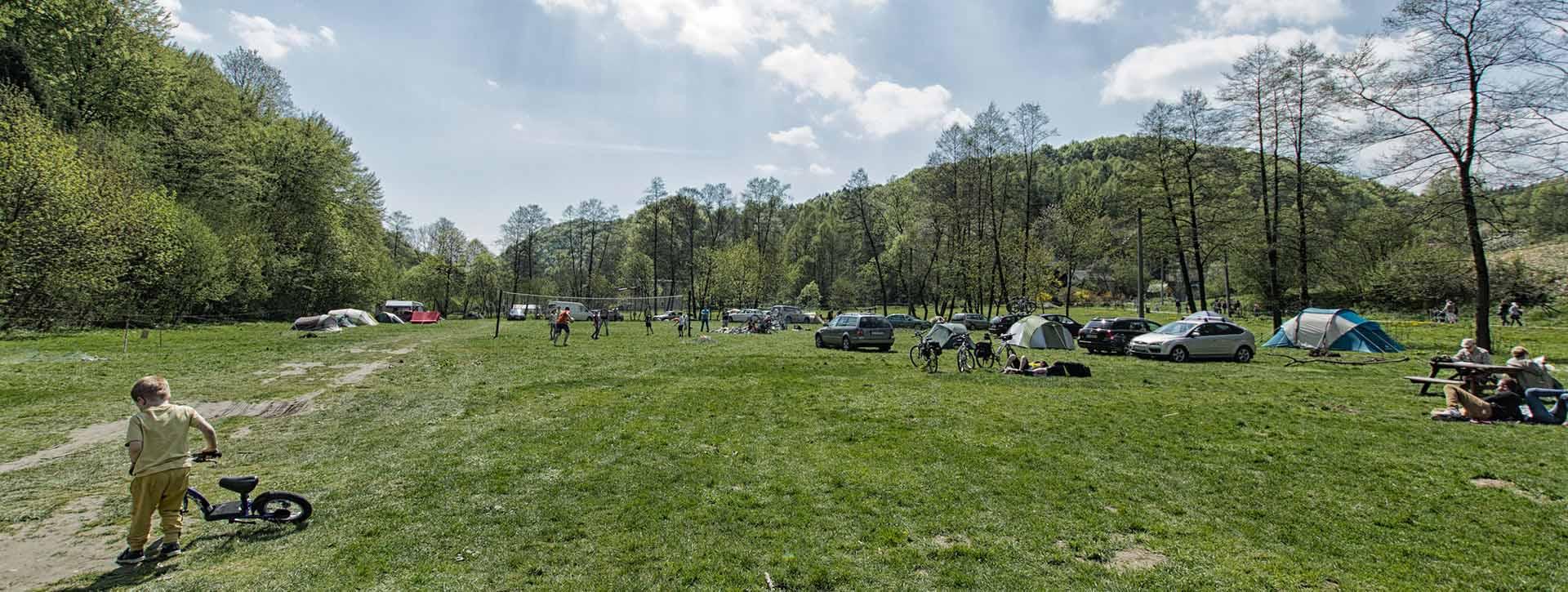 Wgłąb pola campingowego. Restauracja i camping w pobliżu Krakowa.