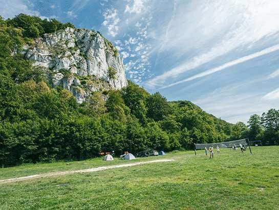 Cracow Camping. Siatkówka na polu namiotowym. Pole namiotowe na Jurze.