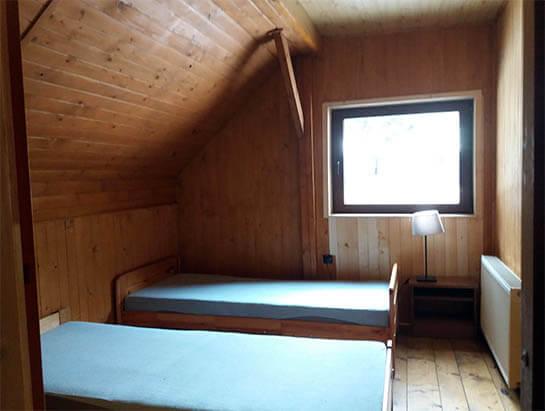 Pokój nr 8, na piętrze, dwa łóżka pojedyncze